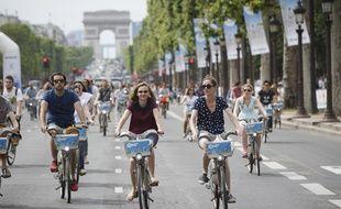 Paris le 16 juin 2013. Avenue des Champs Elysees. Seconde edition des 24h du Velib. Velo. Foule. Arc de triomphe.