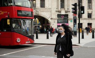 Une femme portant un masque à Londres, le 19 mars 2020.