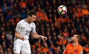 Laurent Koscielny s'impose dans les airs lors du match entre la France et les Pays-Bas le 10 octobre 2016.