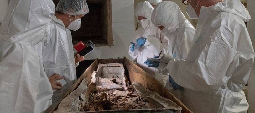 Une équipe de spécialistes a ouvert le précieux contenant en plomb.