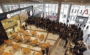 video lille une file d 39 attente de 200 personnes devant burger king. Black Bedroom Furniture Sets. Home Design Ideas