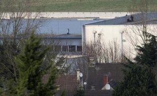 Les forces de police se déploient sur le toit de l'imprimerie CTD où s'étaient retranchés les frères Kouachi, le 9 janvier 2015 à Dammartin-en-Goële