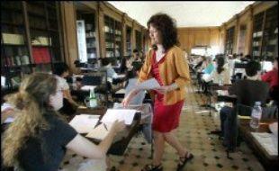 Une enseignante distribue des copies
