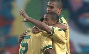 Roberto Carlos fêté par ses partenaires après son but contre la France le 3 juin  1997.