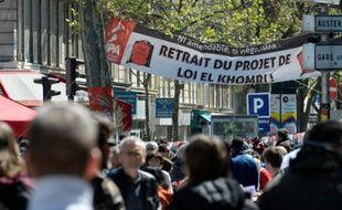 Des participants au défilé de la fête du travail expriment leur opposition à la loi el Khomri le 1er mai 2016 à Paris