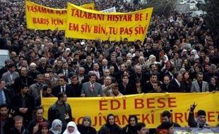 """A Diyarbakir, la principale ville du sud-est de la Turquie, peuplée en majorité de Kurdes, plusieurs milliers de personnes ont manifesté pour réclamer la fin de l'opération, scandant des slogans hostiles au Premier ministre tels que """"Erdogan terroriste"""" et """"Erdogan hypocrite""""."""