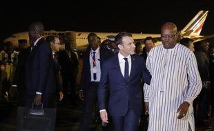 Emmanuel Macron avec le président burkinabè Roch Marc Christian Kaboré, à l'aéroport de Ouagadougou le 27 novembre 2017.