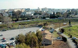 Racheté par Escota, ce terrain construit (à droite) accueillera le nouveau virage à trois voies entre Nice et St-Laurent.
