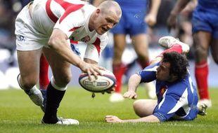 L'Anglais Mike Tindall tente d'échapper à Lionel Beauxis le 11 mars 2007 à Twickenham.