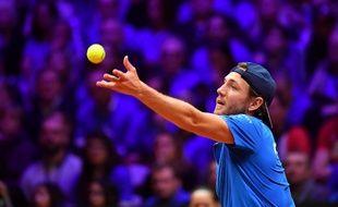 Lucas Pouille sert en finale de la Coupe Davis contre le Croate Marin Cilic, le 25 novembre 2018.