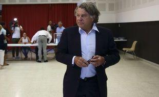 Gilbert Collard (FN), réélu député, vote au second tour des élections législatives dans la 2e circonscription du Gard.