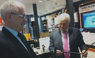 Gérard Krebs (au premier plan) et Xavier Pintat, avec des câbles de fibre optique, à la boutique Orange de Bordeaux