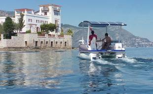 Le catamaran de Seazen, en libre-service, fonctionne grâce aux rayons du soleil.