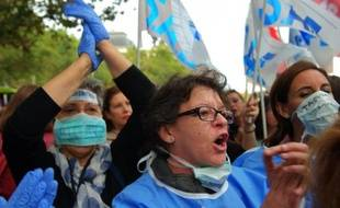 Des personnels de santé manifestent le 11 octobre 2014 à Madrid en soutien à l'aide-soignante espagnole contaminée par le virus Ebola