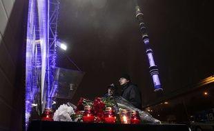 Des Moscovites rendent hommages aux 92 victimes du crash d'un avion militaire le 25 décembre 2016.