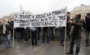 """Le tribunal de commerce de Paris a scellé lundi la mort de SeaFrance, mais le gouvernement veut relancer au plus vite une solution avec un partenaire privé, Eurotunnel ou Louis Dreyfus, pour """"sauver l'emploi"""" dans ce dossier devenu explosif à l'approche de l'élection présidentielle."""