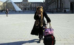 Une femme au téléphone, à Paris, le 2 février 2012