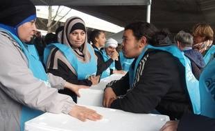 Paris, le 6 avril 2017. Une trentaine de bénévoles se préparent à la distribution de 500 repas pour des migrants sous le périphérique de la porte de la Chapelle.