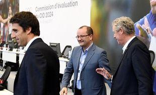 Patrick Baumann (au centre), président de la commission d'évaluation du CIO, en visite à Paris le 14 mai 2017.