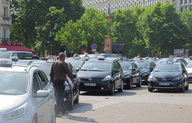 Les taxis manifestent contre les VTC Porte Maillot à Paris, ce mardi 26 janvier.