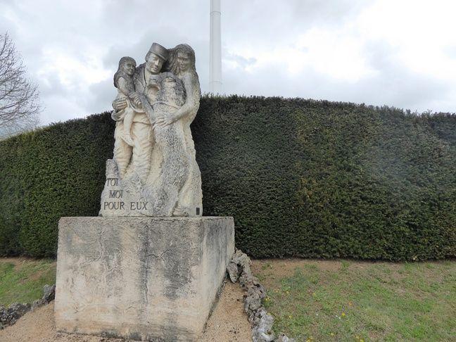 La statue de la place d'armes du CNICG.