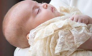 Le prince Louis, troisième enfant du prince William et de son épouse Kate, a été baptisé lundi 9 juillet 2018 lors d'une cérémonie privée au palais Saint James à Londres.