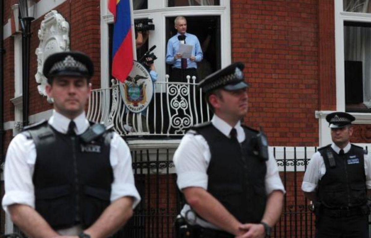 """Le fondateur de WikiLeaks, Julian Assange, est apparu pour la première fois publiquement dimanche, sur le balcon de l'ambassade d'Equateur à Londres, remerciant ceux qui l'ont aidé, notamment ce pays, et demandant aux Etats-Unis de cesser la """"chasse aux sorcières"""" contre son réseau. – Carl Court afp.com"""