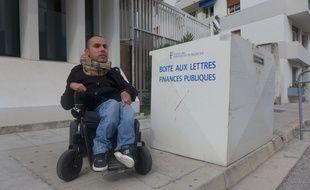 Thomas Calvifiori n'a pas pu déposer son courrier dans la boîte aux lettres du centre des impôts rue Cadei à Nice.