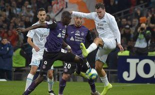 Strootman au duel avec Sanaogo lors de Toulouse-OM.