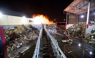 Les pompiers ont passé une partie de la nuit à éteindre l'incendie d'un transformateur électrique à Noisy-le-sec
