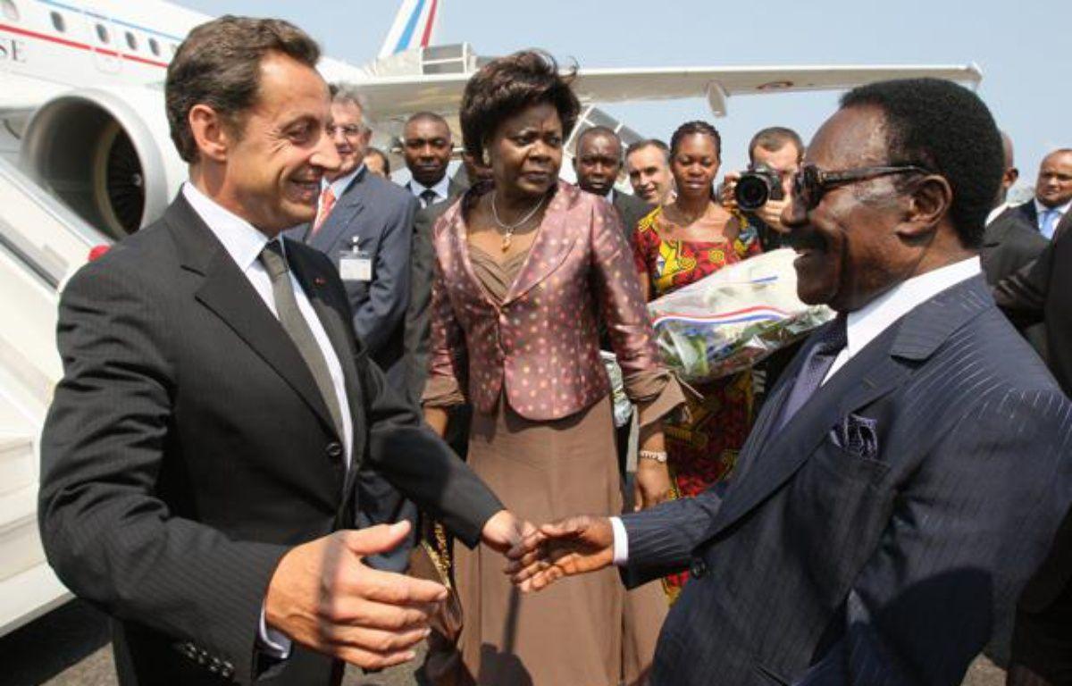 Nicolas Sarkozy accueilli par le président du Gabon, Omar Bongo, le 27 juillet 2007, à Libreville. – P.KOVARIK / AFP