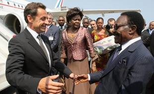 Nicolas Sarkozy accueilli par le président du Gabon, Omar Bongo, le 27 juillet 2007, à Libreville.