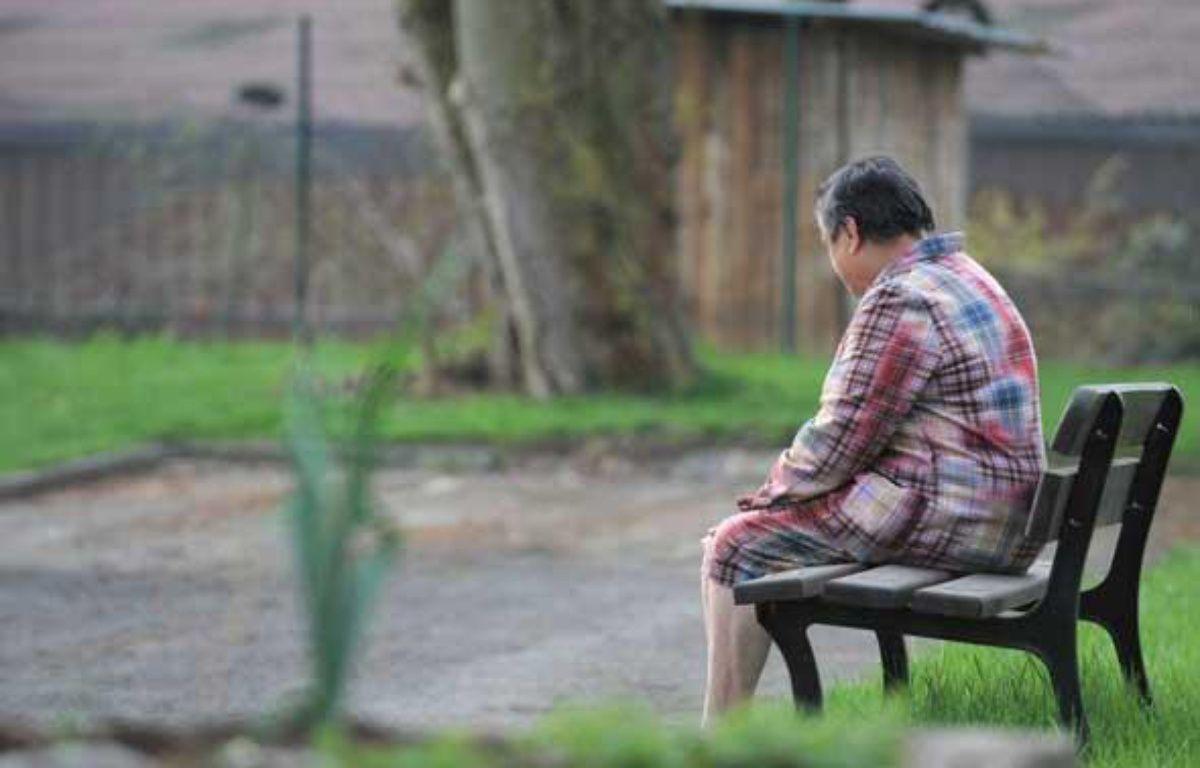 Personne seule assise dans le parc d'une maison de retraite près de Strasbourg le 29 mars 2010 – I.GRAFFENSTADEN/SIPA