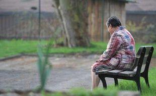 Personne seule assise dans le parc d'une maison de retraite près de Strasbourg le 29 mars 2010