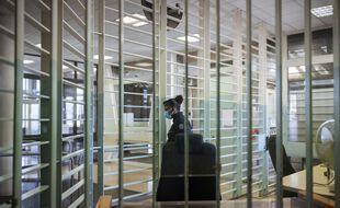 Un gardien pénitentiaire ouvre une porte donnant accès aux détenus se rendant aux parloirs de la maison d'arrêt de Fleury-Mérogis, le 28/05/2020.