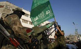 """Le Hamas, qui a pris le contrôle de la bande de Gaza en juin 2007 après un coup de force contre le mouvement Fatah de Mahmoud Abbas, a condamné le déploiement de nouveaux policiers palestiniens, affirmant qu'il était destiné à """"étrangler"""" le mouvement en Cisjordanie et à aider Israël."""