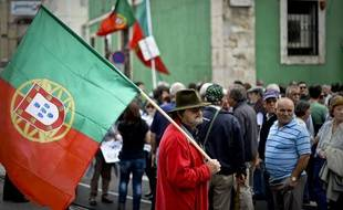 Un manifestant portugais, dans les rues de Lisbonne, le 19 octobre.