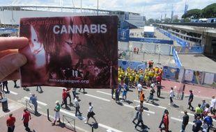 Un livret sur les méfaits du cannabis financé par l'église de scientologie et distribué pendant l'Euro de football, le 17 juin 2016 au Stadium de Toulouse.