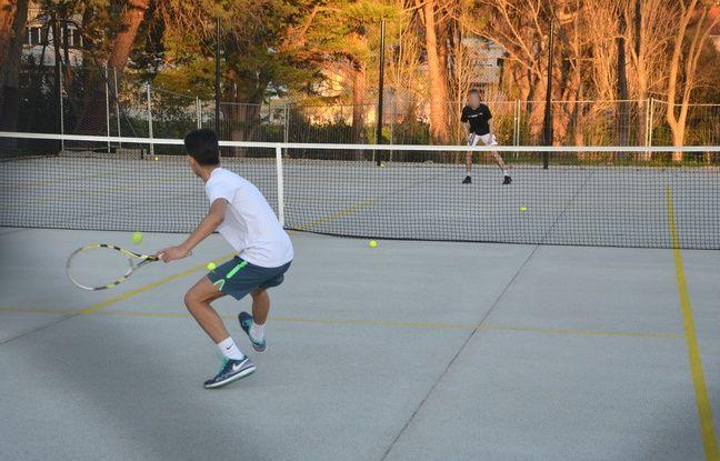 Un terrain de tennis au parc Montcalm, à Montpellier