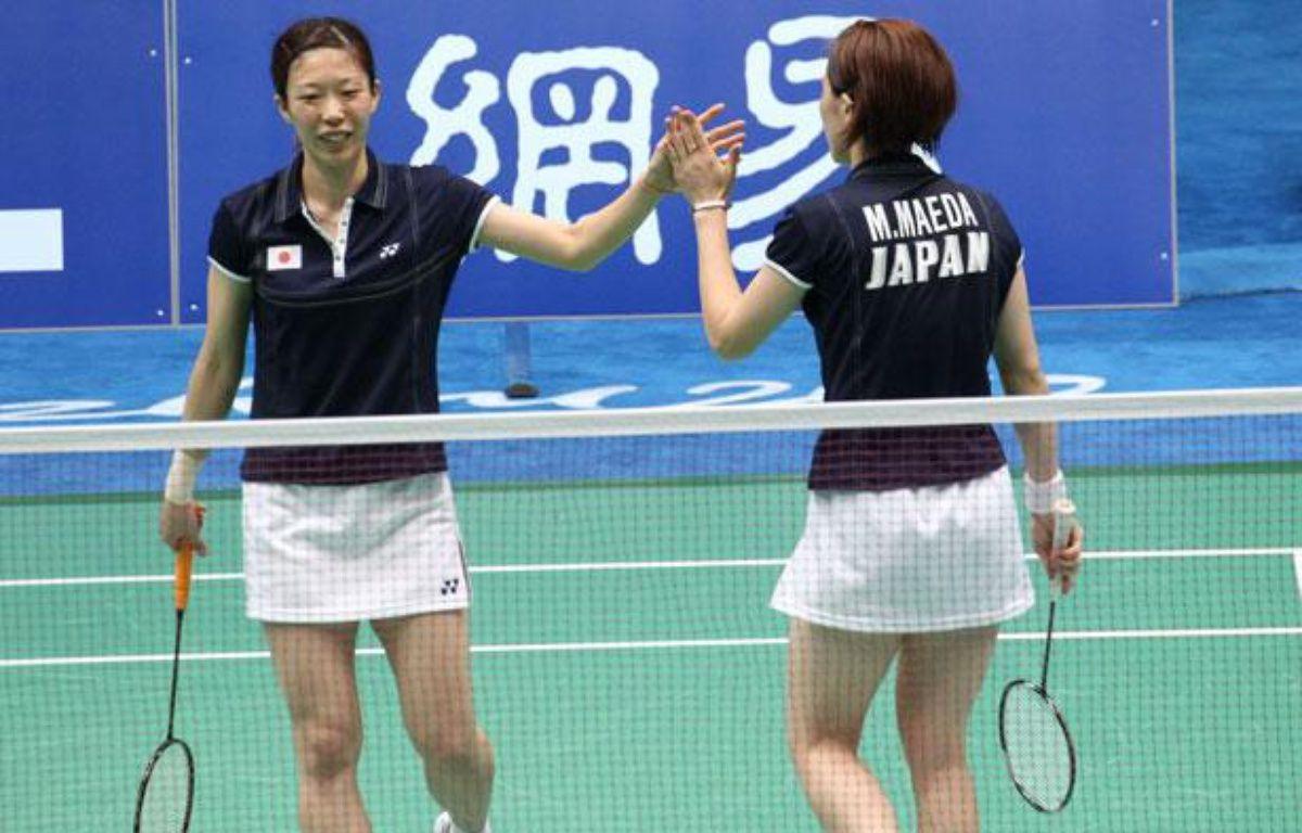 Les joueuses de badminton en double Miyuki Maeda (à g.) et Satoko Suetsuna lors d'un match aux Jeux asiatiques à Guangzhou, en Chine, le 13 novembre 2010. – REUTERS