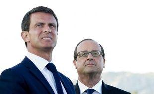 Le Premier ministre Manuel Valls et le président François Hollande, le 15 août 2014 lors du passage de la patrouille de France à Toulon