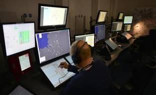 Un contrôleur aérien dans une tour de contrôle. Photo d'illustration.