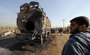 Au moins 10 personnes tentant de récupérer de l'essence ont été tuées et 25 blessées dans la nuit de mardi à mercredi en Afghanistan dans l'explosion d'un camion-citerne qui venait d'être endommagé par une bombe artisanale, ont annoncé les autorités locales.