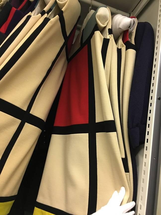 En 1965, Yves Saint Laurent, grand passionné d'art, dévoile sa collection inspirée des oeuvres de Piet Mondrian.