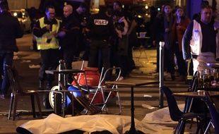 Une victime gît au sol après une fusillade dans le 11e arrondissement de Paris, le 13 novembre 2015.