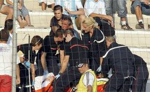 Un supporter marseillais pris en charge par les pompiers après une chute lors du match entre Marseille et Lille, le 16 août 2009.