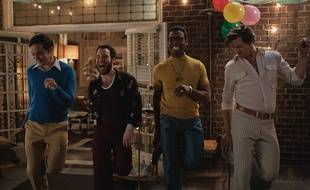 Jim Parsons as Michael, Robin De Jesus as Emory, Michael Benjamin Washington as Bernard and Andrew Rannells dans The Boys in the Band.