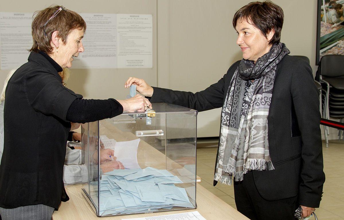 Annick Girardin vote à Saint-Pierre-et-Miquelon, le 10 juin 2017. – Chantal Briand / AFP