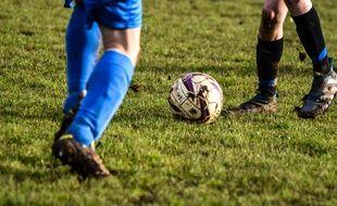 Deux personnes jouant au football. Illustration.