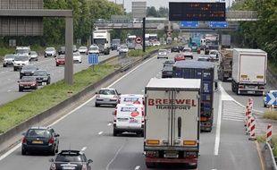 Illustration: des camions transportent des marchandises sur l'autoroute A1.